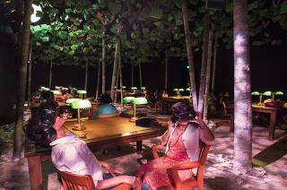 Caderno especial Economia na Arte. Visitantes da exposicao A Biblioteca a Noite  (no Sesc Copacabana) acompanham com oculos em 3D passeiro virtual pelas grandes bibliotecas do mundo
