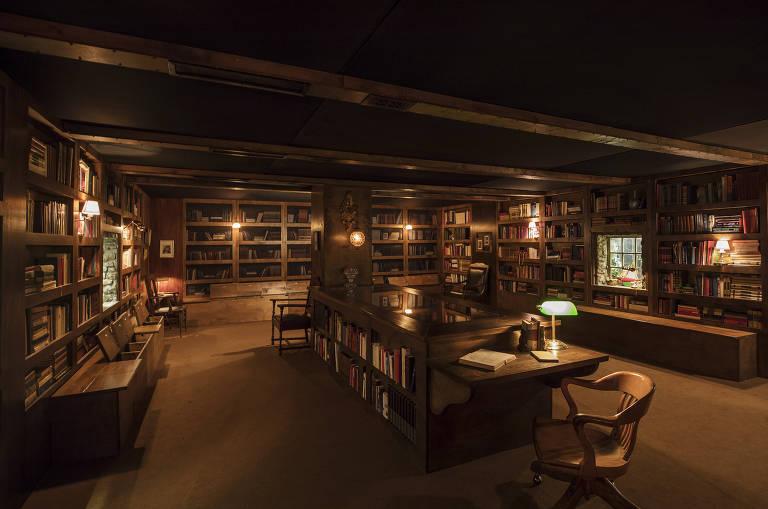 Visão geral do interior de uma biblioteca à noite, sem pessoas