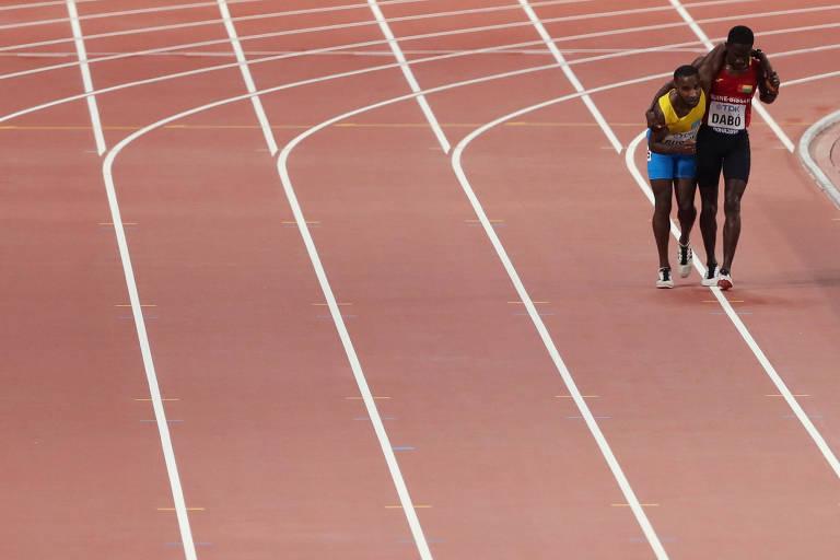 Jonathan Busby é ajudado por Braima Suncar Dabo na prova de 5.000 m