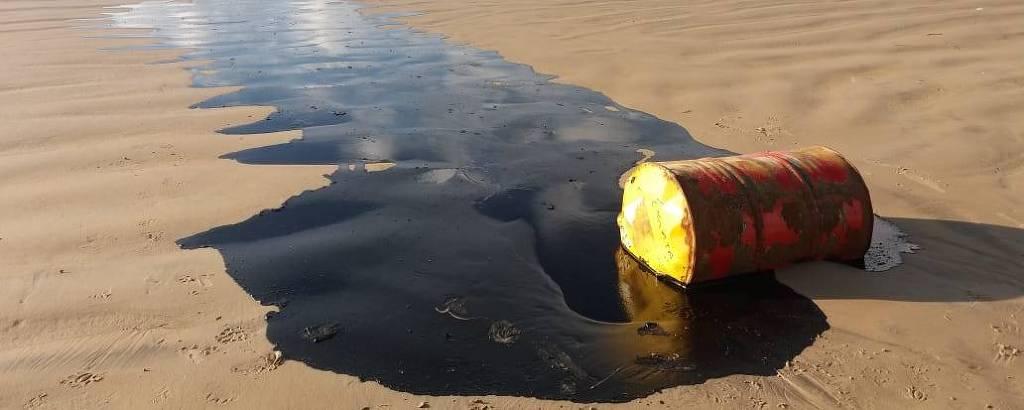Imagens de barris de petróleo na areia em praia do município da Barra dos Coqueiros, Sergipe, e na Praia Formosa, em Aracaju, em imagem feita nesta quinta (26)