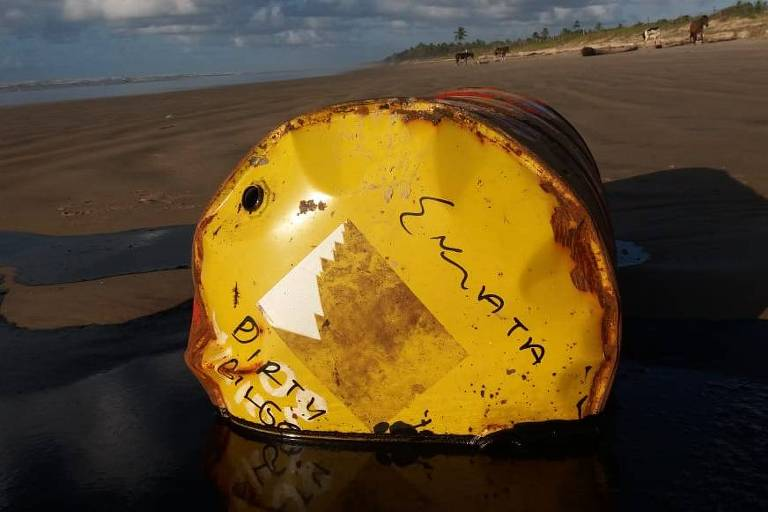 Imagens de barris de petróleo na areia em praia do município da Barra dos Coqueiros, Sergipe, e na Praia Formosa, em Aracaju, em imagem feita nesta quinta-feira (26)