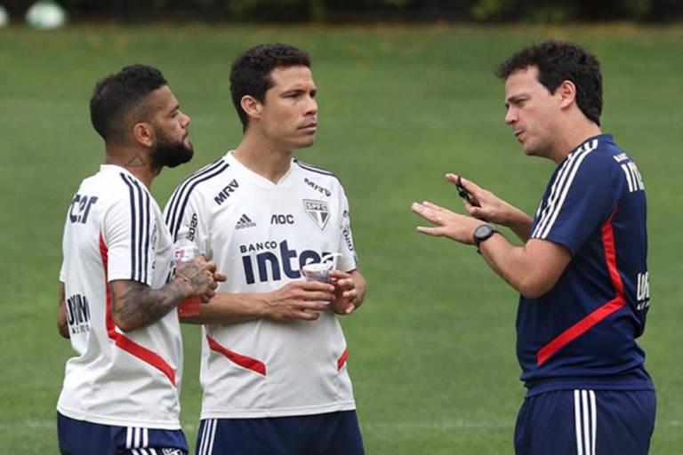 Fernando Diniz conversa com Daniel Alves e Hernanes durante primeiro treino no São Paulo
