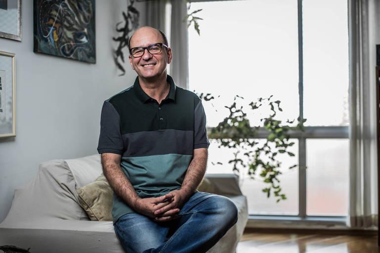 O escritor Luiz Ruffato, em seu apartamento em São Paulo