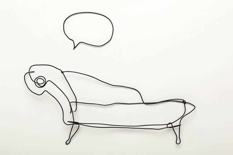 Divã com balão de diálogo feito de arame pela artista Simone Grecco