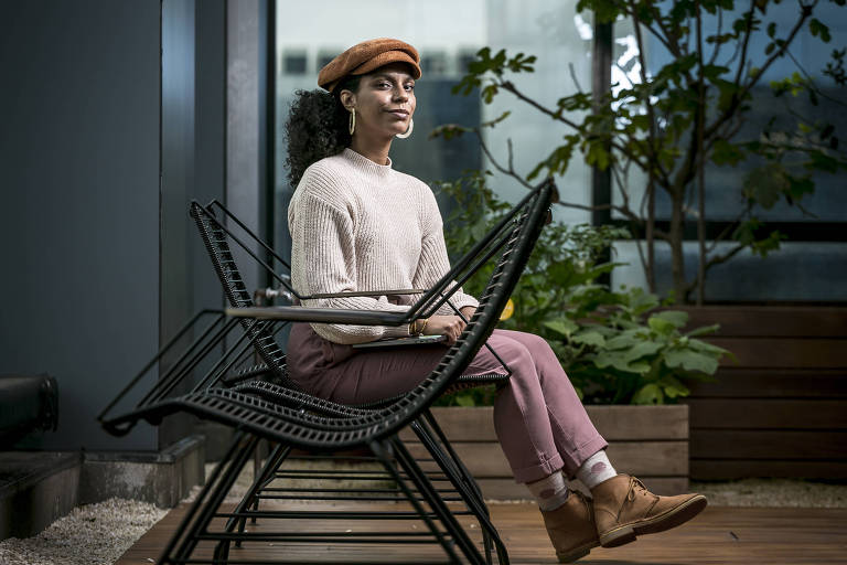 A gerente de marketing Christiane Pinto, 28, diante da sede do Google em São Paulo