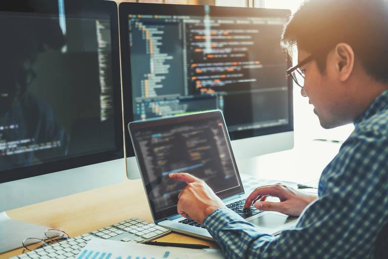 Engenheiro de Software - desenvolve a especificação, o projeto, a programação e a implementação de softwares e realiza atividades de manutenção e gestão dos sistemas