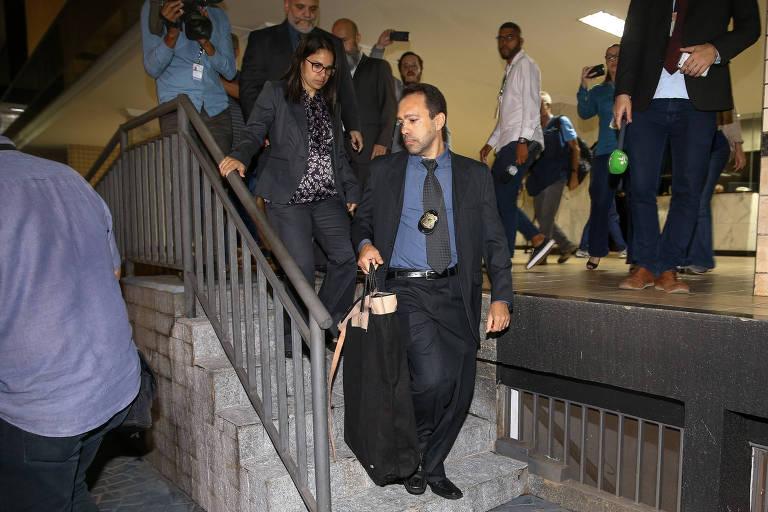 Agentes da PF deixam o prédio onde mora o ex-procurador Rodrigo Janot após uma operação de busca e apreensão