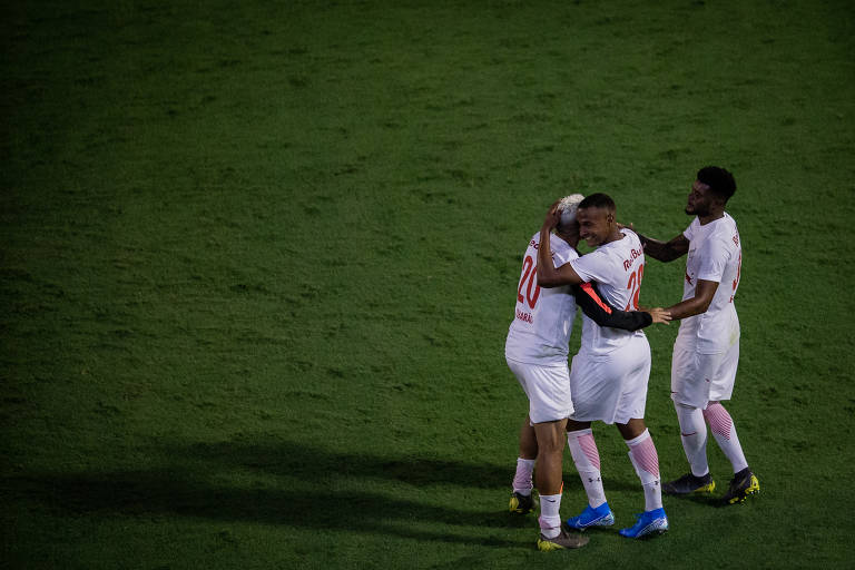 Jogadores do Bragantino comemoram a vitória contra o Londrina, valido pelo Campeonato Brasileiro da série B em 2019.