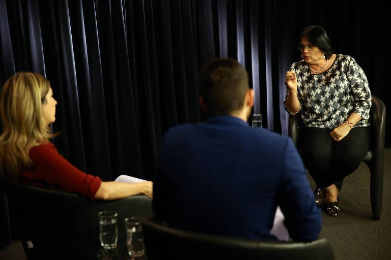 Ministra Damares Alves durante entrevista