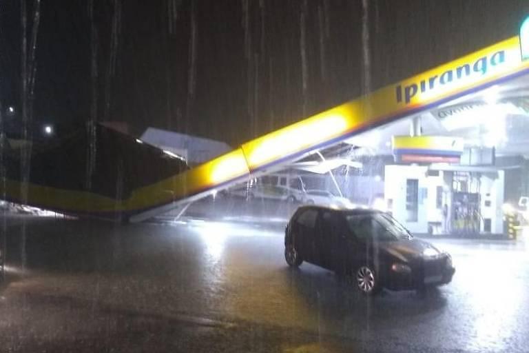 Forte chuva causou o desabamento da estrutura de um posto de combustíveis na capital do Amazonas
