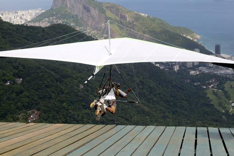 Decolagem de voo duplo em asa delta saindo da rampa da Pedra Bonita, no Rio de Janeiro