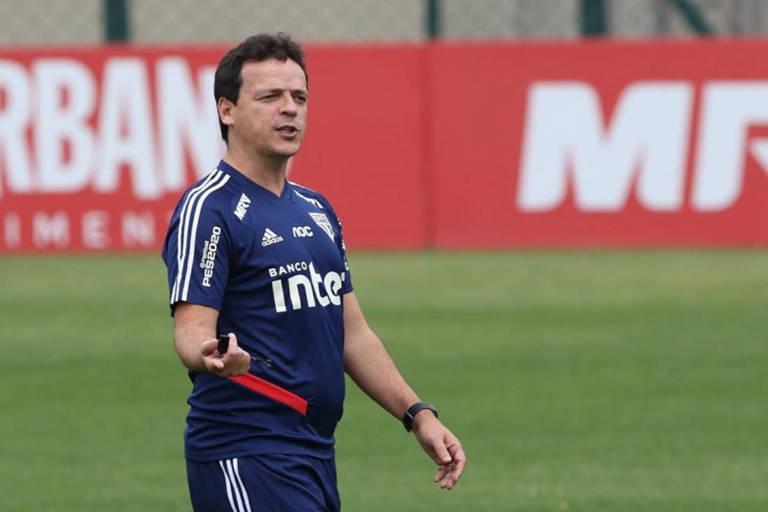 O técnico Fernando Diniz comanda o treinamento do São Paulo no CT da Barra Funda