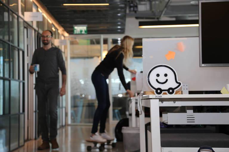 Escritório do Waze em Tel Aviv, centro comercial de Israel; app mantém modelo que o popularizou