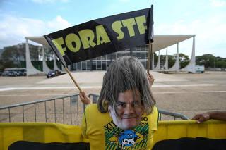 Manifestante defende o ex-juiz Sergio Moro em protesto em frente ao STF