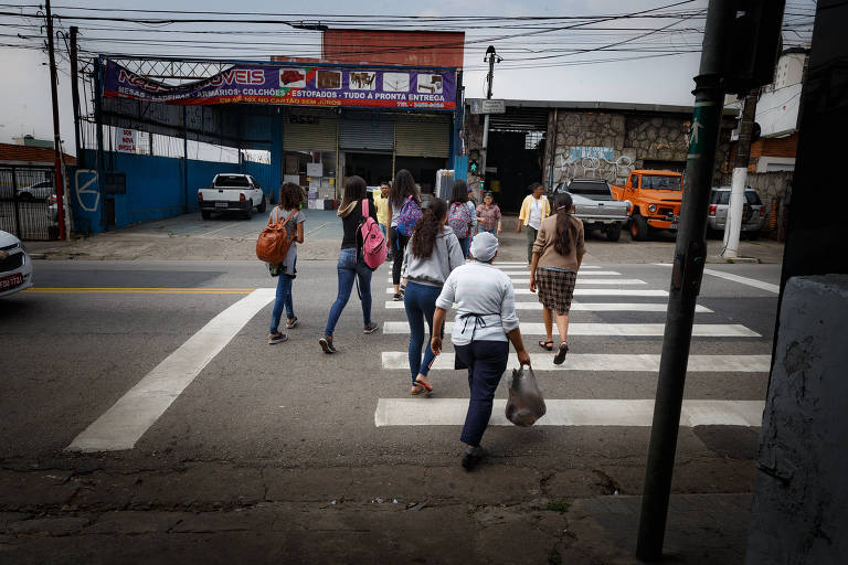 Pedestres têm dificuldade para atravessar na cidade de São Paulo