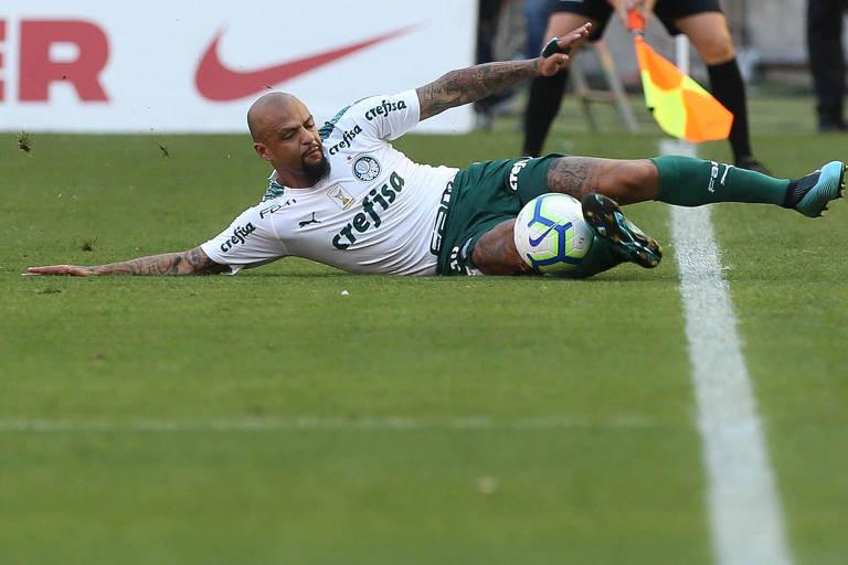 Felipe Melo evita a saída de bola para a lateral