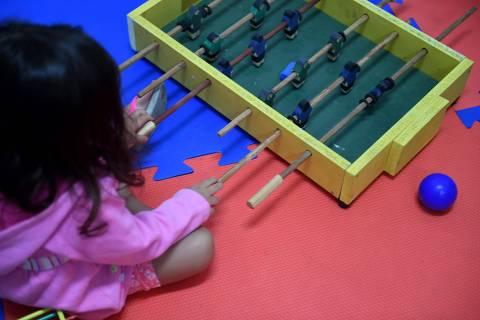 Cidades - Policia Civil inaugura brinquedoteca na Delegacia de Protecao a Crianca e ao Adolescente . Brinquedos pedagogicos e moveis fabricados por detentos do Complexo Penitenciario Nelson Hungria , em Contagem , compoe uma brinquedoteca instalada dentro da Delegacia de Protecao a Crianca e ao Adolescente ( Depca ) , em Belo Horizonte MG . O novo espaco , que foi inaugurado nesta quarta - feira ( 17 ) , apropriado para receber criancas e adolescentes vitimas que precisam frequentar a Depca para serem ouvidas pela autoridade policial . Foto : Alex de Jesus / O Tempo 17/04/2019 ***PARCEIRO FOLHAPRESS - FOTO COM CUSTO EXTRA E CRÉDITOS OBRIGATÓRIOS***