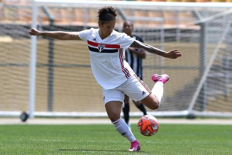 A atacante Cristiane, do São Paulo, finaliza durante primeiro jogo da semifinal do Campeonato Paulista de futebol feminino de 2019, contra o Santos