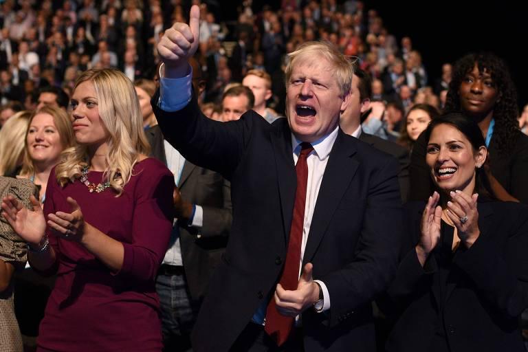 Boris Johnson (C) aplaude discurso na convenção do Partido Conservador, em Manchester, nesta segunda (30)