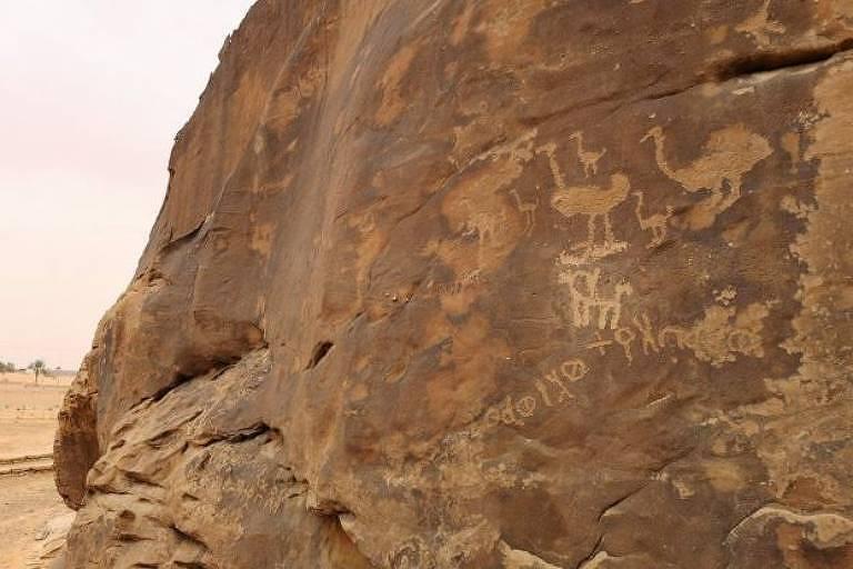 Desenhos em parede de pedra
