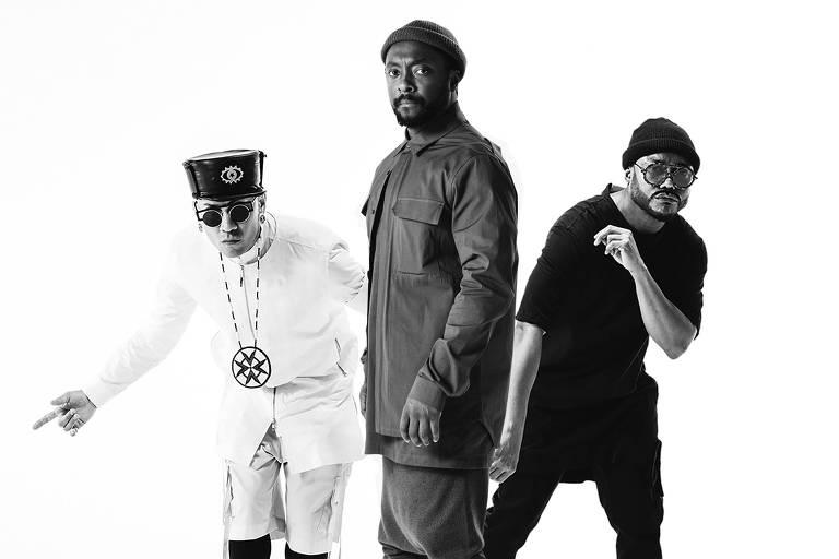 tres homens em retrato preto e branco