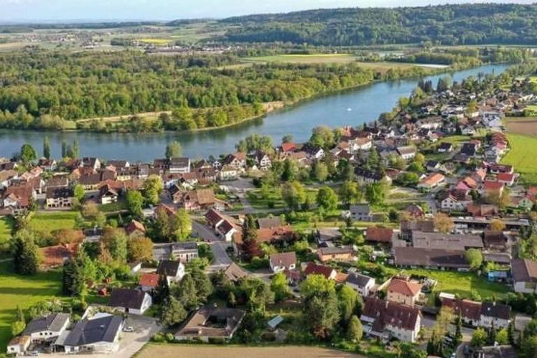 A cidade alemã de Büsingen am Hochrhein está totalmente cercada pela Suíça