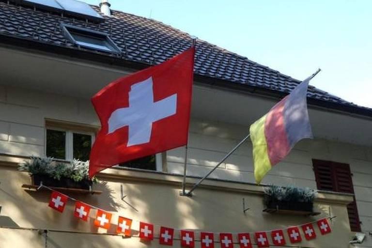 Enquanto Büsingen integra politicamente a Alemanha, a cidade faz parte economicamente da Suíça