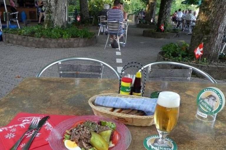 Uma linha no terraço do restaurante Waldheim marca a fronteira internacional, tornando possível jantar em dois países ao mesmo tempo