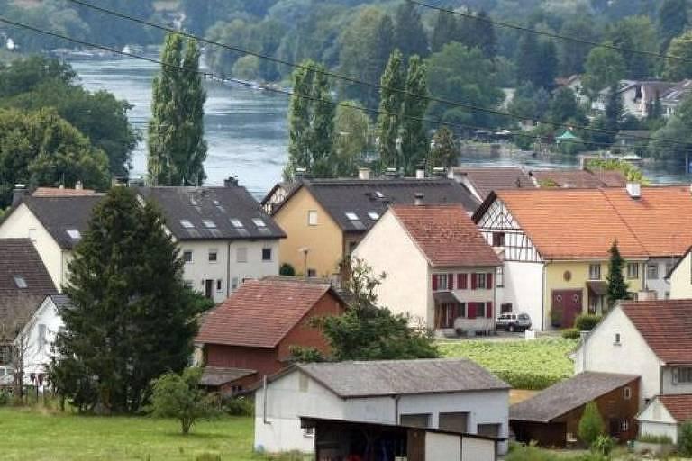 Os residentes de Büsingen geralmente recebem salários maiores do que seus compatriotas, mas pagam mais impostos do que seus vizinhos suíços