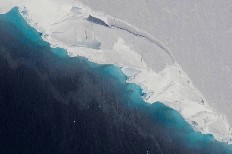 Parte da geleira Thwaites desmorona no oceano. Esse processo é normal em geleiras, porém o processo foi acelerado. A taxa de fluxo do gelo para o oceano de algumas geleiras da Antártida cresceu acentuadamente e a situação é preocupante