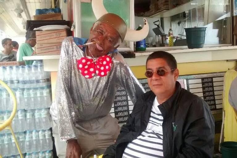 Severino Batista (1945-2019), o Cobra Coral, no Quiosque do Lelê com o amigo Zeca Pagodinho