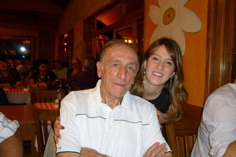 Angelo Codicasa ao lado da neta mais velha, Carolina Codicasa, 25