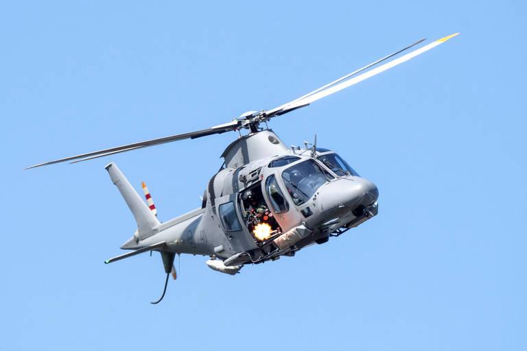 Helicóptero do exército da Suécia simula ataque com armas durante evento anual militar na base aérea próxima a Ronneby