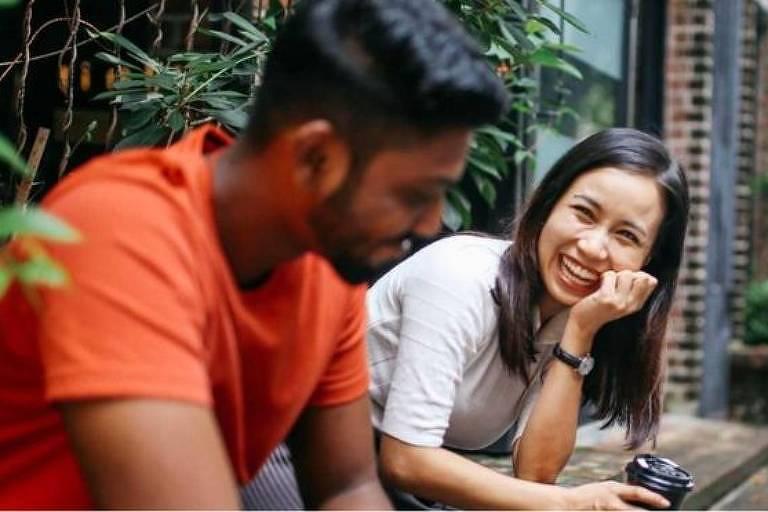 Emendar um relacionamento no outro é bom? Seus amigos podem responder de uma forma, e estudos de outra...
