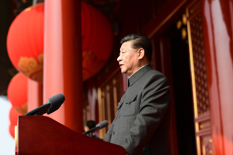 Xi Jinping, líder da ditadura chinesa, discursa na praça da Paz Celestial com a túnica maoísta