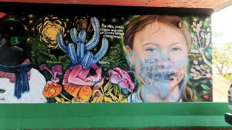 Grafite com o rosto da ativista sueca Greta Thunberg, feito por Matias Souza em Sinop (MT), apareceu pichado na madrugada desta terça-feira (1º)