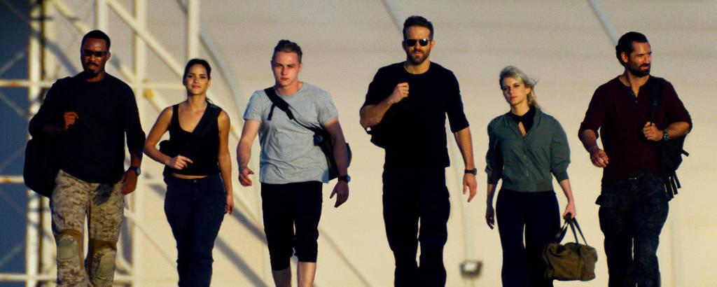Seis protagonistas caminhando