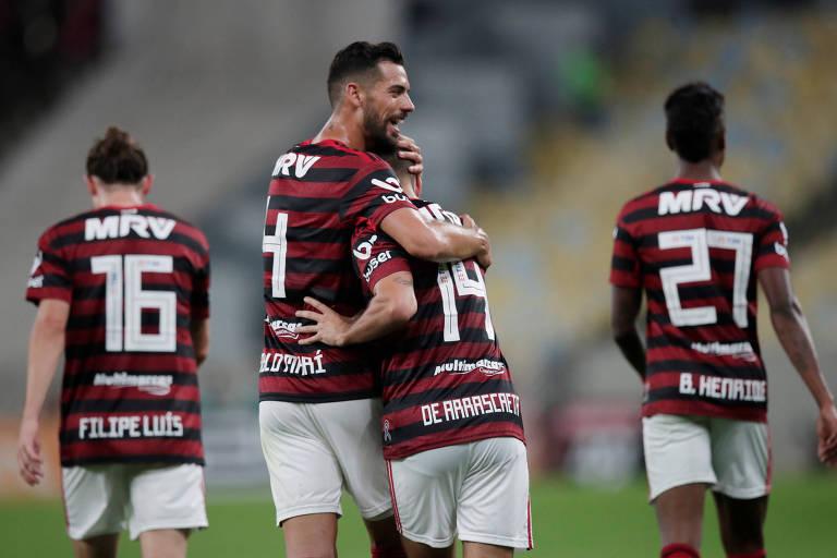 Filipe Luís, Pablo Marí, Arrascaeta e Bruno Henrique, reforços de 2019, comemoram gol do Flamengo