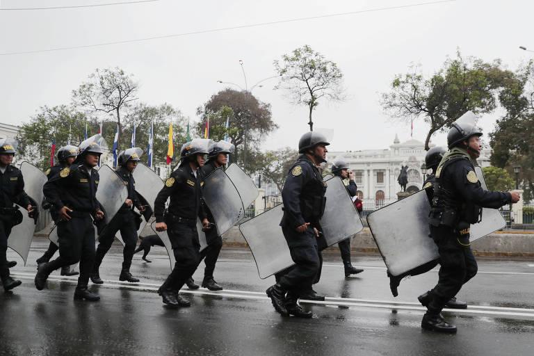 Polícia cerca o Congresso em Lima, no Peru