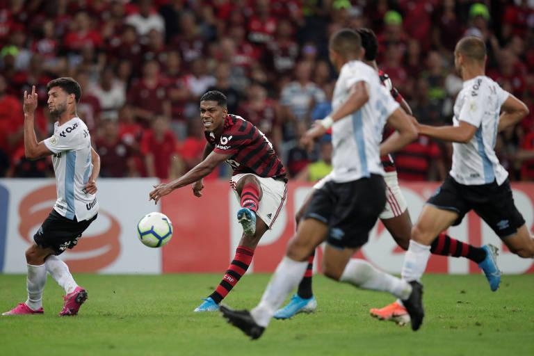 Flamenguista Berrío chuta em meio a jogadores do Grêmio durante jogo pelo Brasileiro