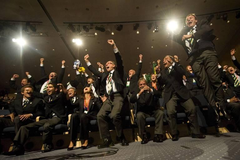Nuzman, ex-presidente do COB, o ex-presidente Lula, o ex-governador do Rio Sérgio Cabral e o ex-prefeito Eduardo Paes, entre outros, celebram a escolha da sede dos Jogos de 2016