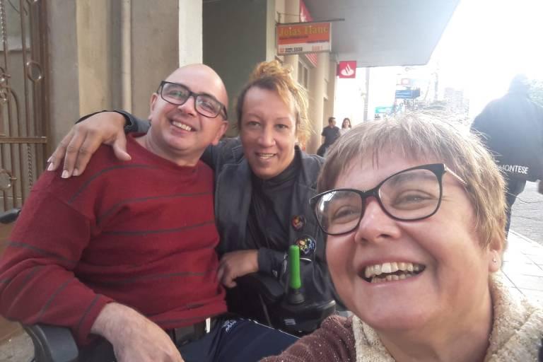 Na rua, de vermelho, Luiz Norberto Roese ao lado de Marquita Quevedo e da esposa Erenice de Oliveira