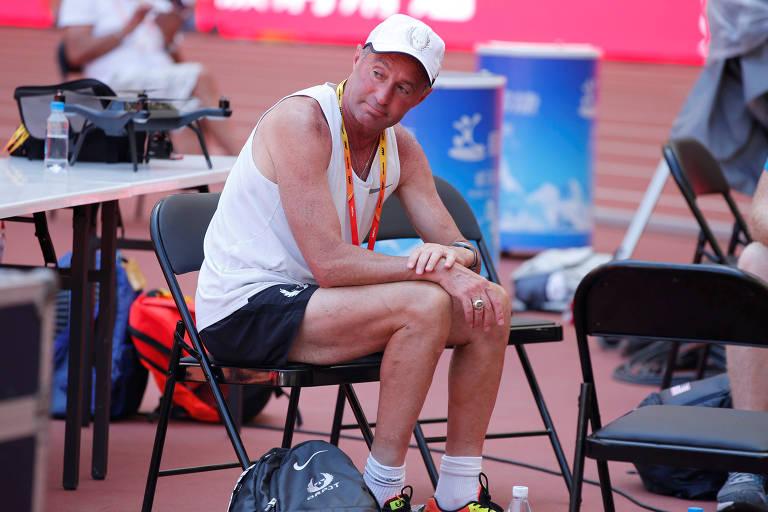 O técnico Alberto Salazar durante competição em Pequim