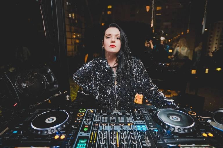 A DJ Amanda Moura toca na festa non.stop