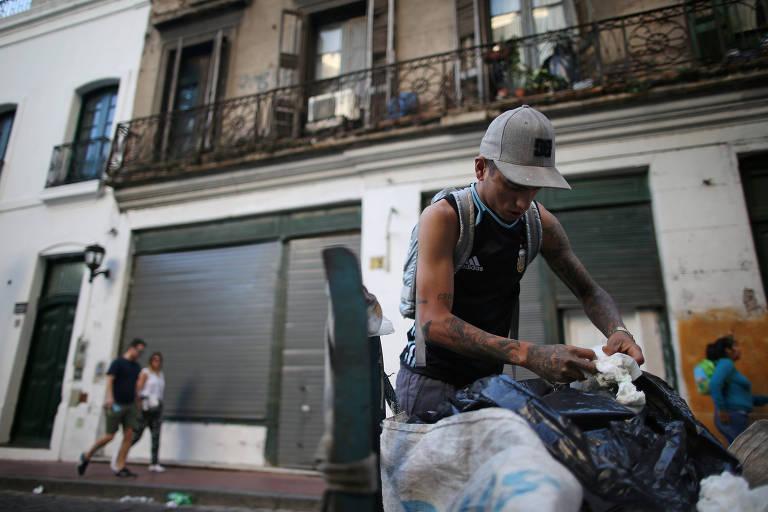 Homem revira lixeira em Buenos Aires