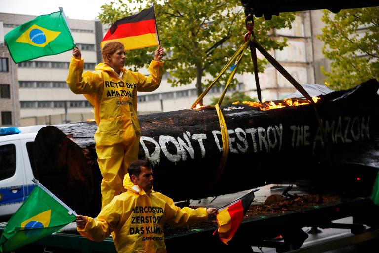 Ativistas do Greenpeace se manifestam do lado de fora de um prédio em Berlim, Alemanha, durante a visita do ministro do Meio Ambiente do Brasil, Ricardo Salles