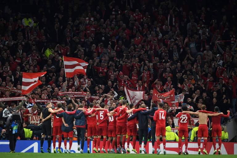 Jogadores do Bayern comemoram com a torcida a goleada sobre o Tottenham Hotspur