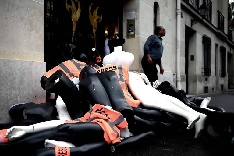 Manequins desmembrados com coletes de imprensa colocados como forma de protesto pela organização Repórteres sem Fronteiras em frente ao consulado da Arábia Saudita em Paris