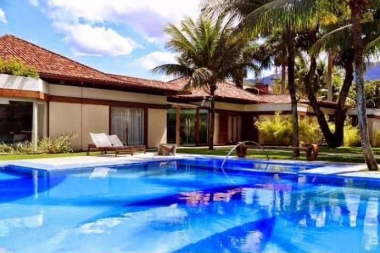O ex-casal Claudia Raia e Edson Celulari estão vendendo a mansão por 13 milhões desde 2010