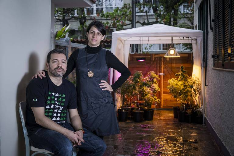 Margarete Brito e o marido, Marcos Langenbach, no quintal de casa onde plantam Cannabis medicinal